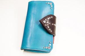 革の手帳型iPhoneケース。青