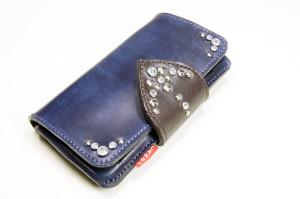 革の手帳型iPhoneケース。紺色